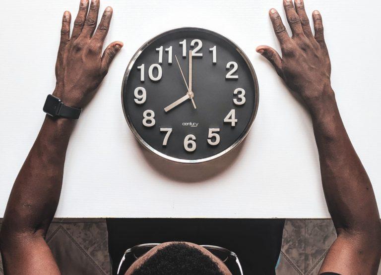 Muž s hodinami